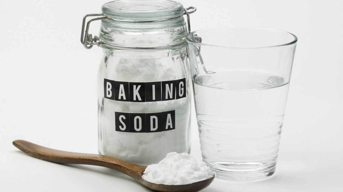 baking-soda-water-and-wooden-spoon-1296×728